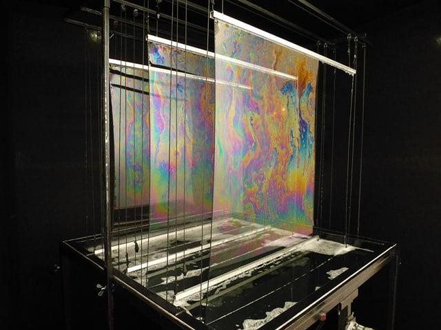 Drei seifenblasen-Flächen kommen aus einer Becken-Apparatur.