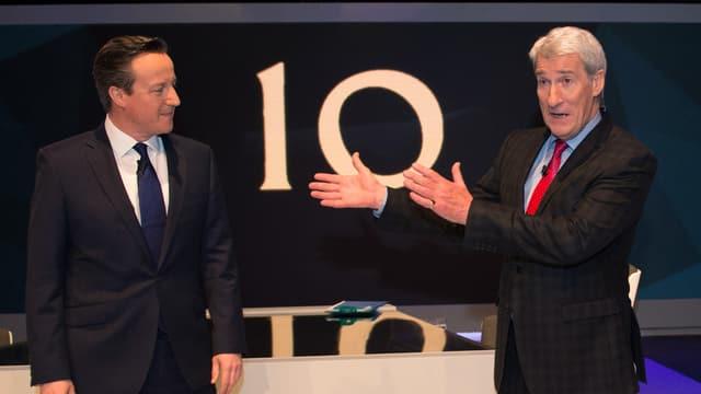 Der britische Premier David Cameron wird von TV-Mann Jeremy Paxman vorgestellt.