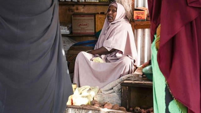 Verkäuferin auf einem Markt im Camp Hagadera.