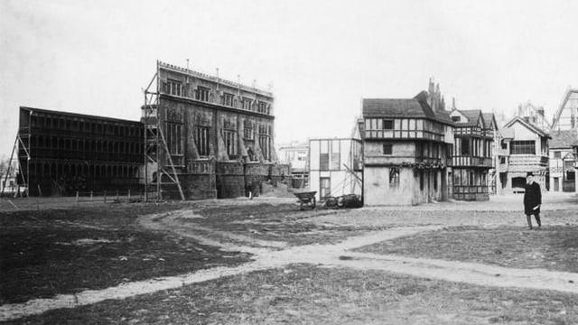 Ein Foto zeigt Film-Fassaden auf dem Gelände der UFA.