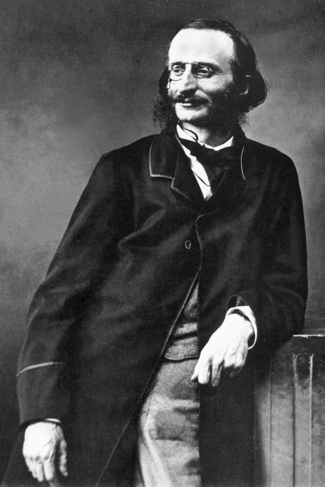 Ein Porträt eines Mannes in Schwarzweiss. Er trägt Brille und Schnauz.