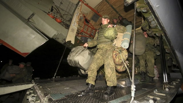 Russische Soldaten verlassen ein Flugzeug