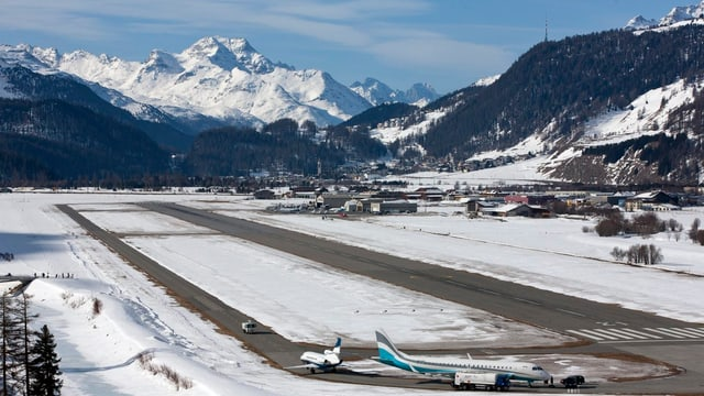 Flugplatz Samedan mit verschneiten Bergen im Hintergrund