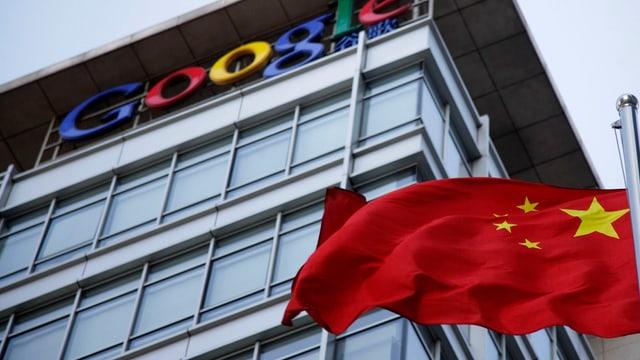 Chinesische Flagge vor einem Google-Gebäude