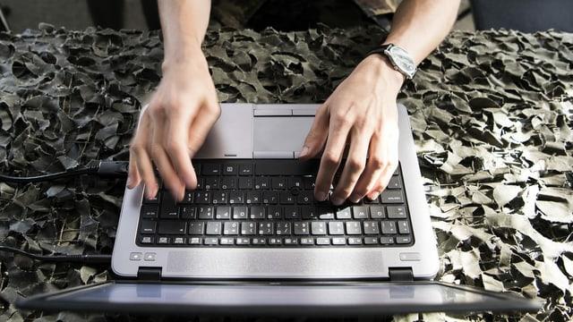 Soldat mit Laptop