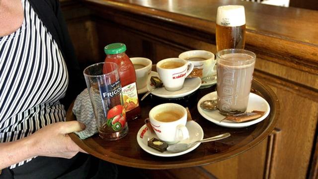 Bedienung Tablar mit Kaffee in der Hand