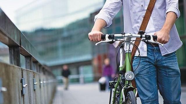 Mann stösst Fahrrad