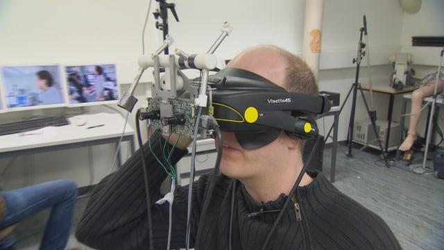 Ein Mann testet eine Virtual-Reality-Brille.