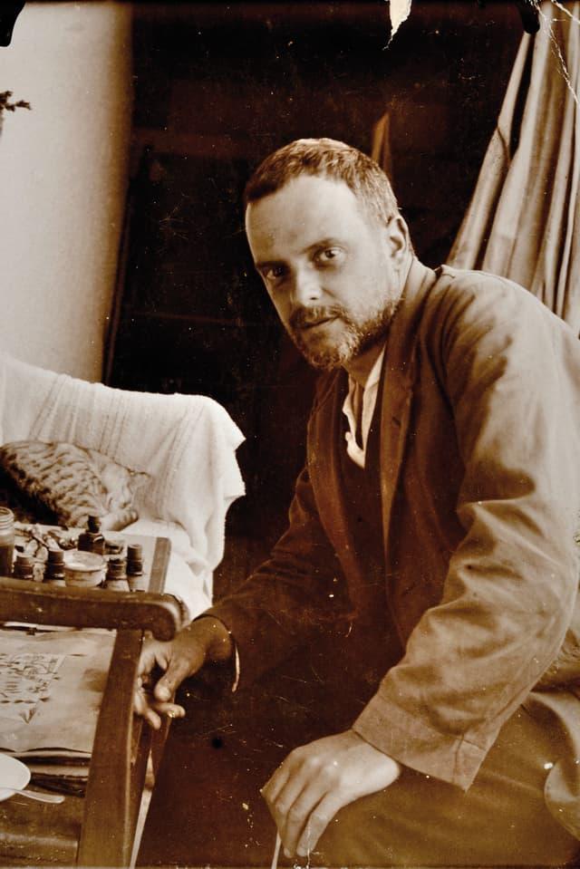 Schwarzweiss-Porträt von Paul Klee bei der Arbeit.