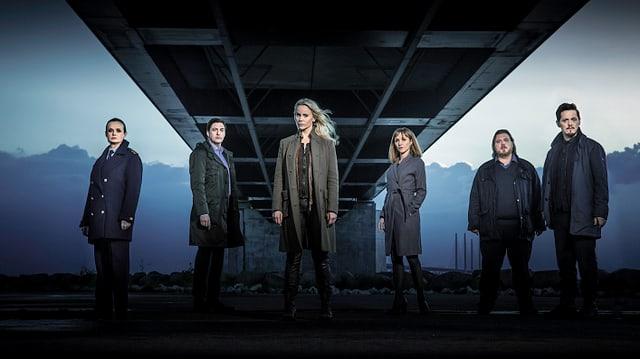 Das Cast von «Die Brücke» steht unter einer Brücke.