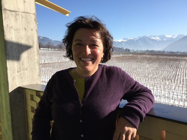Martha Gantenbein vor dem Weingut.