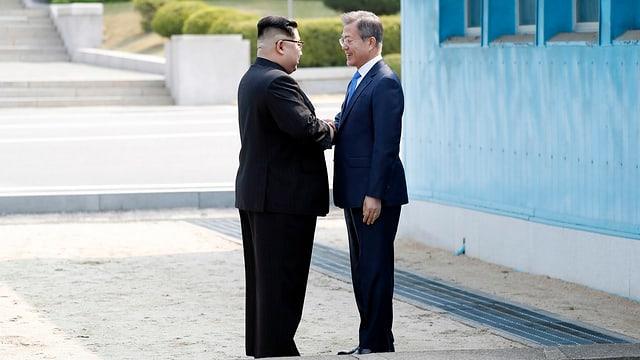 Kim und Moon geben sich die Hand