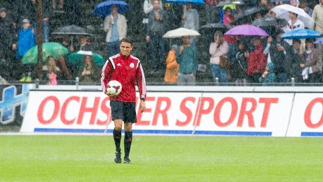 Fussballspieler des FC Aarau im Regen