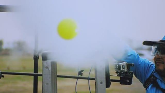 Video «Achtung! Experiment: Ballschuss mit Dampf (51/52)» abspielen