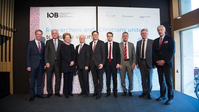Vertreter von Universität und Novartis feiern die Gründung des neuen Instituts.