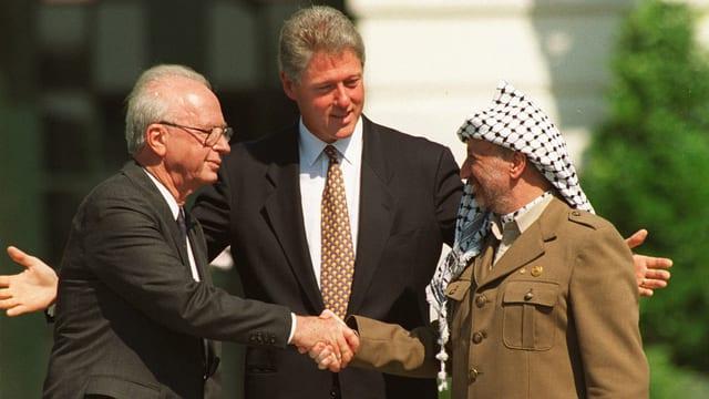 Rabin und Arafat reichen sich die Hand.
