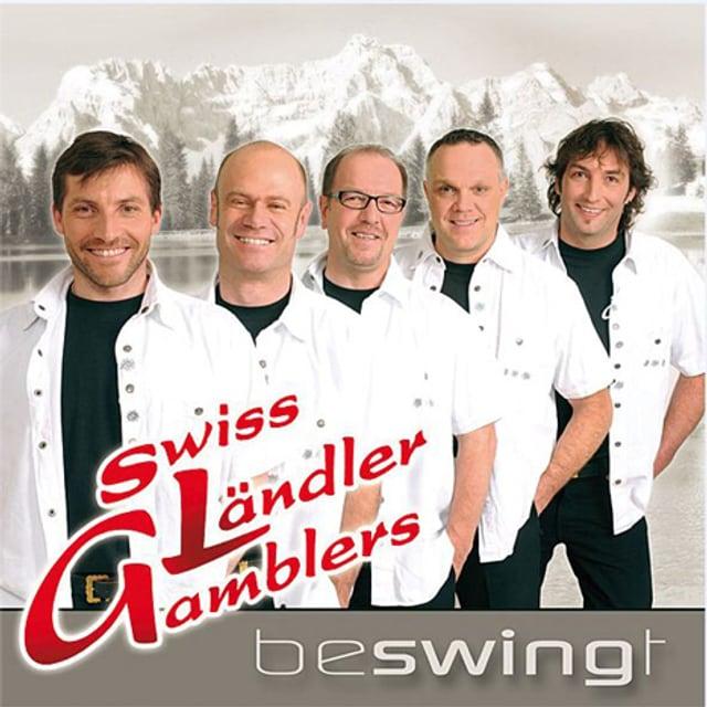 Die Swiss Ländller Gamblers in weissen Hemden vor Bergpanorama.