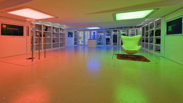 Blick in das iHomeLab in Luzern mit der virtuellen Hausmeisterin, die alle Einrichtungen vom Licht bis zum Wäschetrockner steuert.
