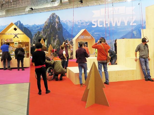 Eine Gruppe von Menschen besucht die Sonderausstellung des Kantons Schwyz an der Luzerner Erlebnismesse Luga.