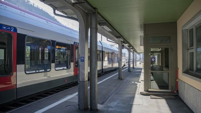 Purtret d'in tren da la SBB ad ina staziun vida.