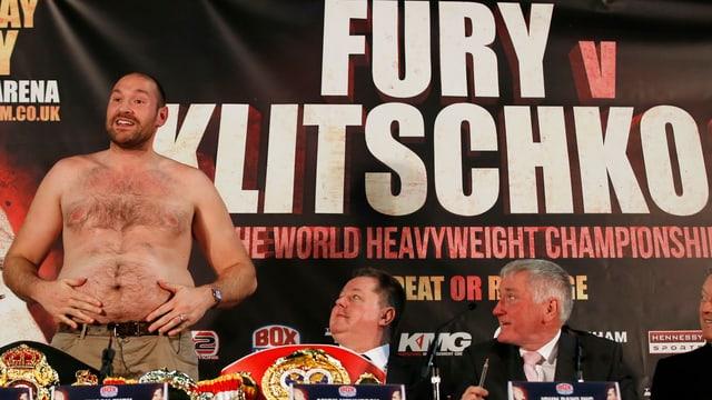 Tyson Fury entblösst seinen Oberkörper an der Medienkonferenz