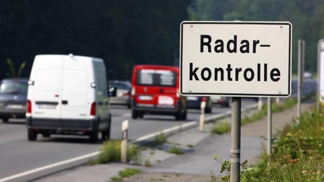 Warnschild vor Radarkontrollen