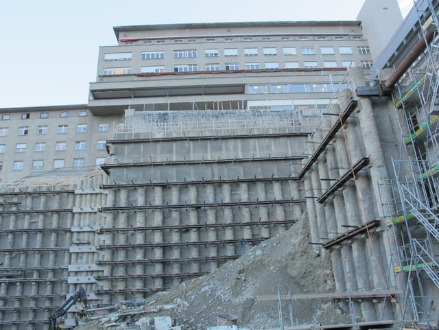 Blick auf eine Wand einer Baugrube.