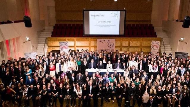 Beim Europäischen Jugendparlament simulieren junge Menschen ein richtiges Parlament.