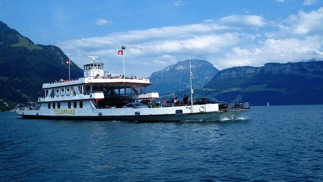 Fährschiff «Tellsprung» in voller Fahrt auf dem Vierwaldstättersee.