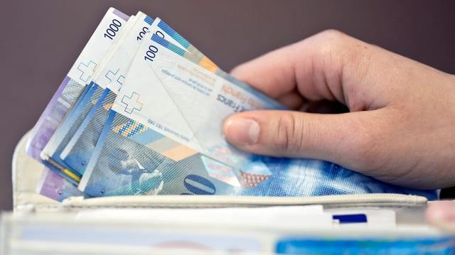 Eine Hand hält einen Bündel Banknoten