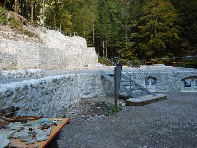 Die sanierten Mauerreste des hinteren Weissenburgbades.