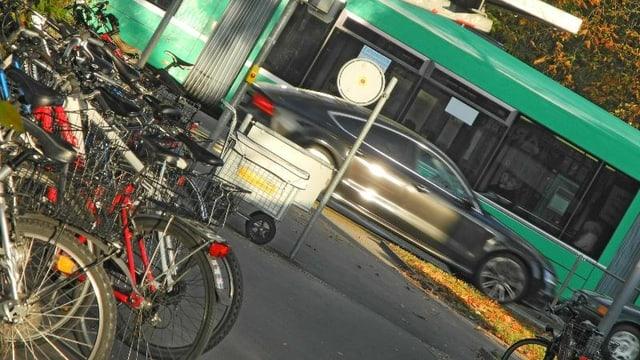 Heikle Verkehrssituation mit Tram, Auto und Velos.