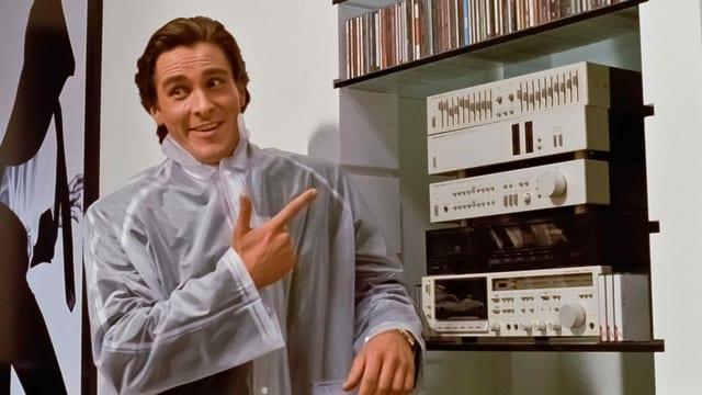 Ein Mann steht lächelnd neben einer grossen silberfarbenen Musikanlage.