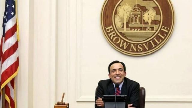 Troy Mendez, der Bürgermeister von Brownsville, an einem Tisch sitzend