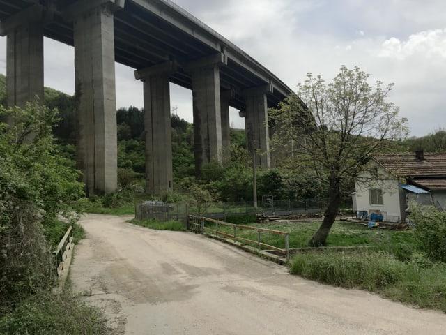 Autobahn hoch über einem Haus von Potop.
