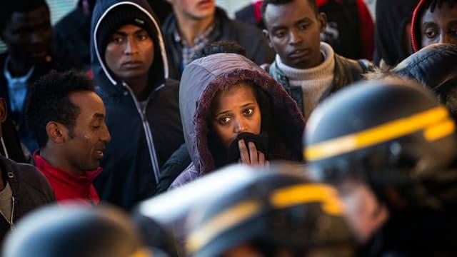 Menschen vor Polizei