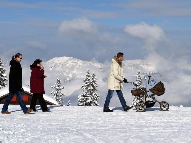 Winterlandschaft menschen spazieren mit Kinderwagen