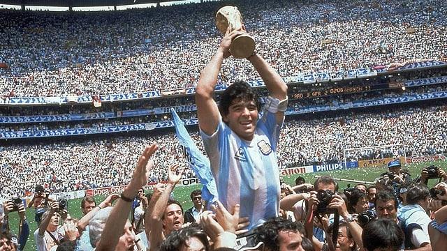 Auf dem Höhepunkt: Maradona mit dem Weltmeisterpokal 1986.