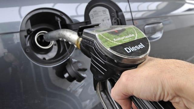 L'embuccadira durant tancar diesel en l'auto