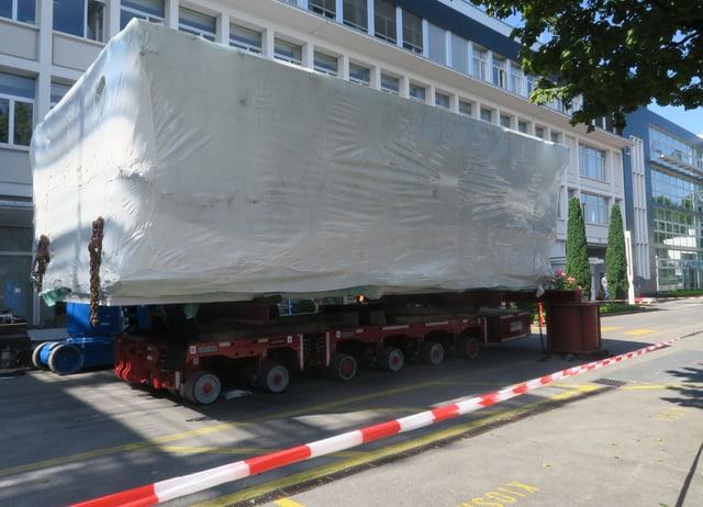 Die eingepackte Presse vor einem Gebäude.