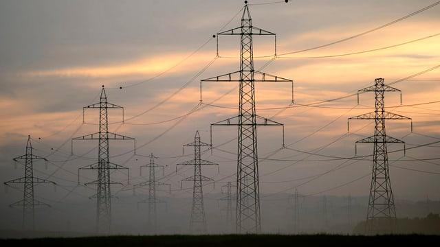 Stromleitungen im Dämmerlicht.