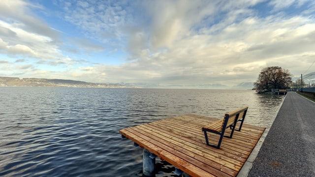 Weg am Zürichsee entlang, im Vordergrund hölzerne Aussichtsplattform mit Bänkli