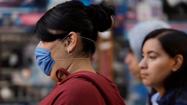 In Mexiko-Stadt tragen Menschen vermehrt Atemschutzmasken.