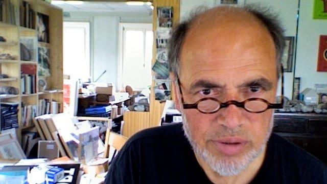 Porträbild von Hans Ruedi Fricker in seinem Büro.