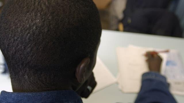 Ein junger Asylbewerber in einer Schule.