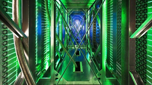 Ein Gang der NSA zur Datenüberwachung besteht aus nichts als aus Leitungen und Computern.