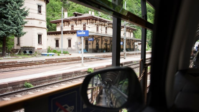 Bahnstation Iselle aus der Perspektive im Innern eines Autos fotografiert