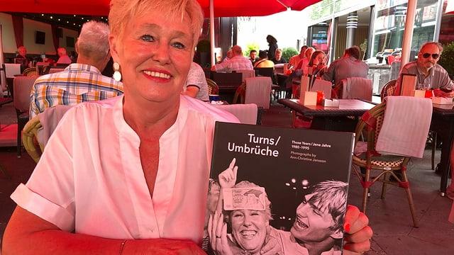 Ilona Jünemann mit dem Bild der schwedischen Fotografin Ann-Christine Jansson.