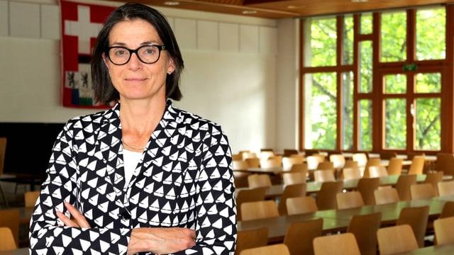 Direktorin des Ferienlagers Fiesch steht vor einer leeren Mensa