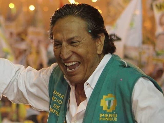 Alejandro Toledo jubelt der Menge zu.